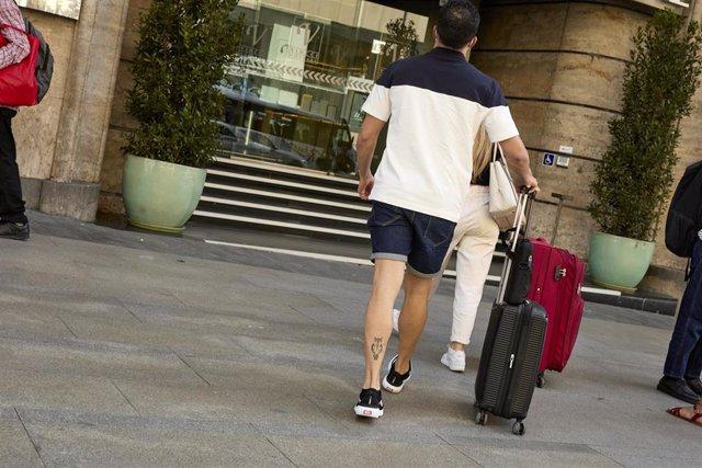 Archivo - Dos personas con maletas en la plaza de Callao, en el primer día en el que España permite la entrada de viajeros vacunados contra la Covid-19, procedentes desde terceros países a la Unión Europea, a 7 de junio de 2021, en Madrid (España). España