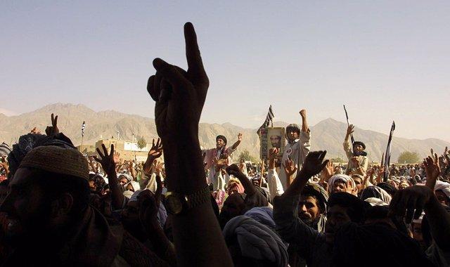 Una protesta de simpatizantes talibán en 2001