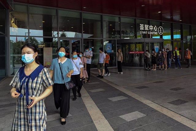 Una cola para realizar pruebas de coronavirus en Wuhan