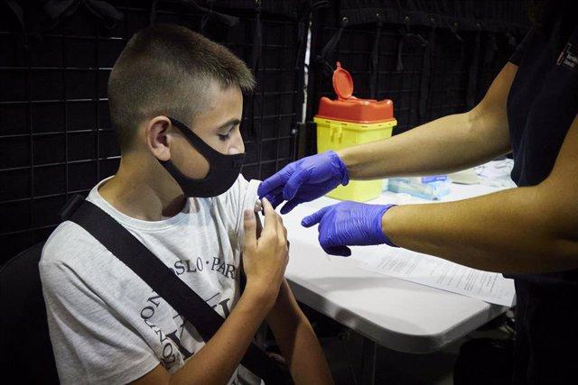 Un adolescente de 12 años asiste a recibir la primera dosis de la vacuna Pfizer.