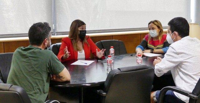 La presidenta del PP de Cantabria, María José Sáenz de Buruaga, se reúne con el director gerente de APTACAN, Alberto Baliñas , y Carlos López, padre de un niño de tres años diagnosticado de autismo.
