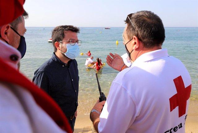 El president de la Generalitat, Pere Aragonès, visitant la platja de Caldetes d'Estrac