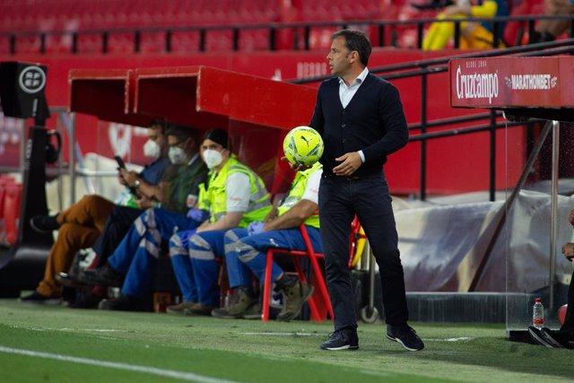 Archivo - Javier Calleja, head coach of Alaves, during LaLiga, football match played between Sevilla Futbol Club and Deportivo Alaves  at Ramon Sanchez Pizjuan Stadium on May 23, 2021 in Sevilla, Spain.