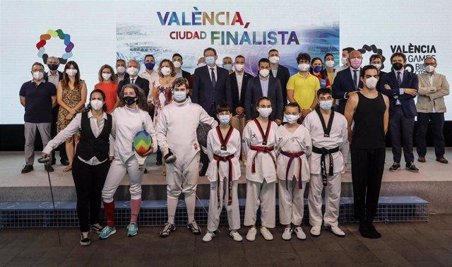 Archivo - Fotografía de familia de deportistas junto a políticos y autoridades en la presentación de València como sede de los Gay Games 2026, a 21 de junio de 2021, en Valencia, Comunidad Valenciana, (España).