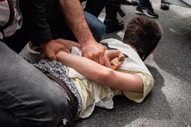 Archivo - 01 May 2021, Turkey, Istanbul: A protester is being forcefully detained by the police during a Protest to mark the May Day, International Workers' Day. Photo: Murat Baykara/SOPA Images via ZUMA Wire/dpa