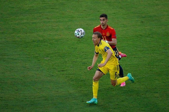 Archivo - Ludwig Augustinsson pelea con un balón junto a Ferran Torres en el España-Suecia de la Eurocopa 2020
