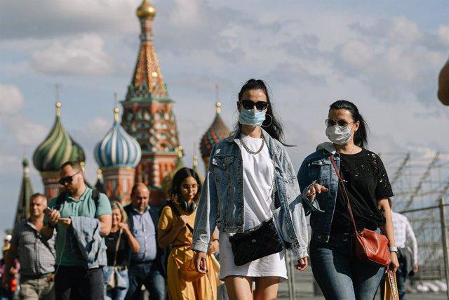 Personas con mascarilla en la Plaza Roja de Moscú