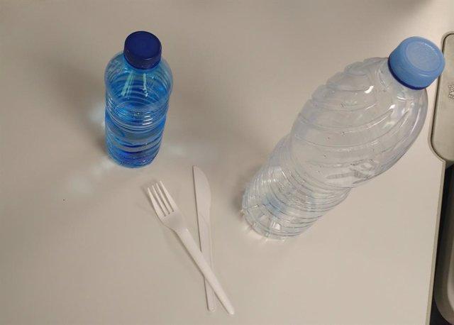 Archivo - Botellas de plástico y tenedores de un solo uso de plástico