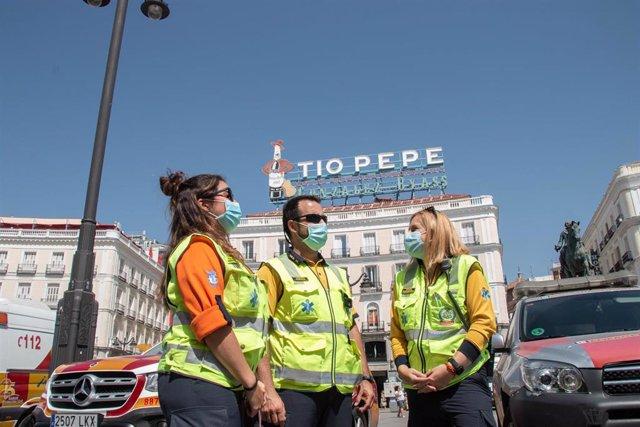 Trabajadores de Samur Protección Civil, en la Puerta del Sol, a 12 de agosto de 2021, en Madrid (España).