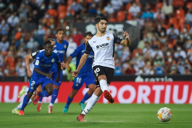 Carlos Soler of Valencia shoots for goal during the La Liga Santander match between Valencia and Getafe at Estadio de Mestalla on 13 August 2021 in Valencia, Spain
