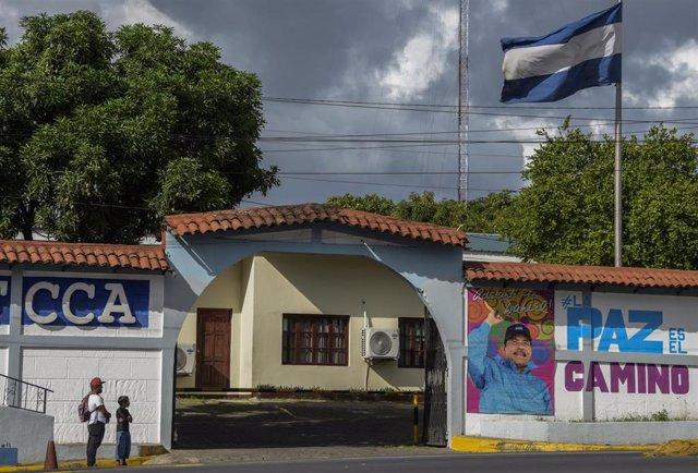 Archivo - Un mural con la imagen de Daniel Ortega en el Ministerio de Economía Familiar