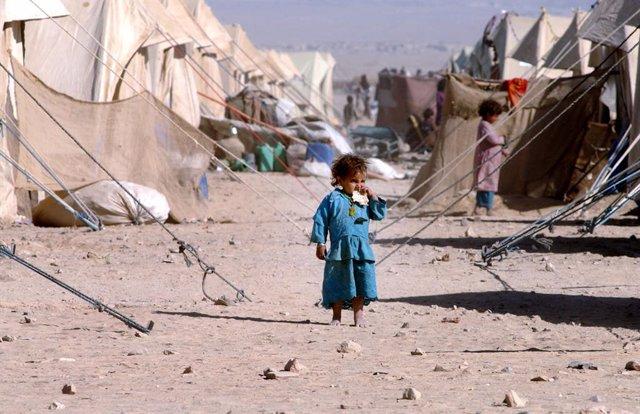 Archivo - Una niña refugiada afgana en un campamento en Pakistán, cerca de la frontera con Afganistán