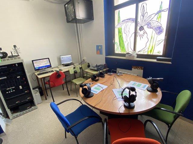 Estudio de radio en un aula de la escola Annexa de Girona