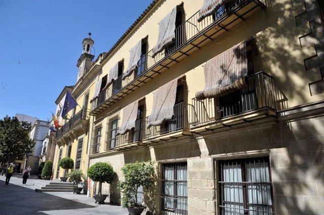 Archivo - Fachada del Ayuntamiento de Jerez en foto de archivo.