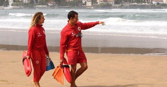 Archivo - Socorristas de Cruz Roja Bizkaia vigilan en una playa.