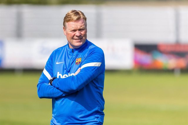 """FILED - 30 July 2021, Baden-Wuerttemberg, Donaueschingen: Barcelona coach Ronald Koeman leads a training session ahead of Saturday's Club Friendlies soccer match against VfB Stuttgart. Koeman has declared Lionel Messi the """"best player in the world"""" after"""