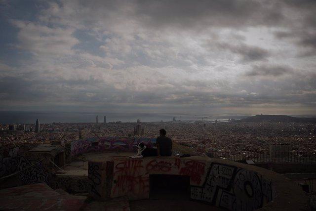 Archivo - Arxivo - Un jove mira el paisatge en el mirador Turó de la Rovira, a Barcelona