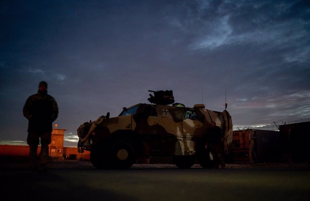 Archivo - FILED - 18 December 2018, Afghanistan, Mazar-i-Sharif: Bundeswehr soldiers stand at Camp Marmal in Masar-i-Scharif. Germany has withdrawn the last Bundeswehr soldiers from Afghanistan, ending its mission in the country, sources told DPA on Tuesd