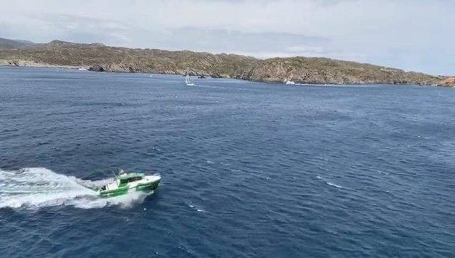 Embarcació dels Agents Rurals patrullant el litoral d'un Parc Natural