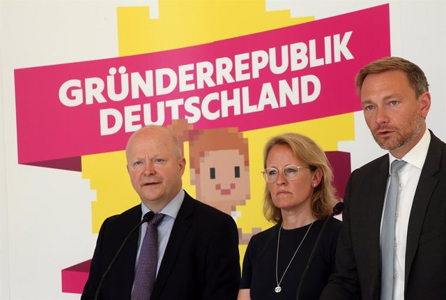 Archivo - 26 June 2019, Berlin: Christian Lindner, chairman of the Free Democratic Party (FDP) parliamentary group in the Bundestag (R-L), Donata Hopfen and Deputy chairman of the FDP Michael Theurer answer questions from journalists at a press conference