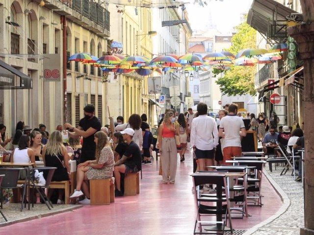 Terrazas en una calle de Lisboa