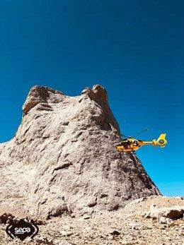 Helicóptero  del SEPA frente al Picu Urriellu