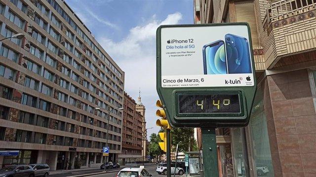 Un termómetro marca 44ºC este sábado en Zaragoza.