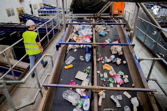 Imagen del proceso de separado de residuos en una planta de reciclaje de la Región de Murcia