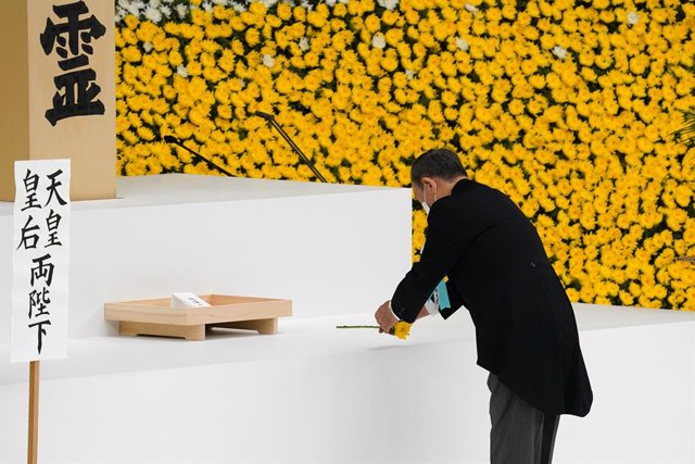 15 August 2021, Japan, Tokyo: Japanese Prime Minister Yoshihide Suga lays a flower during a commemoration of the 76th anniversary of Japan's surrender in World War II. Photo: Pool/ZUMA Press Wire/dpa