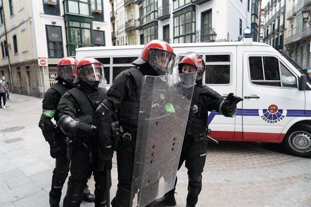 Archivo - Varios agentes de la Ertzaintza durante unos altercados