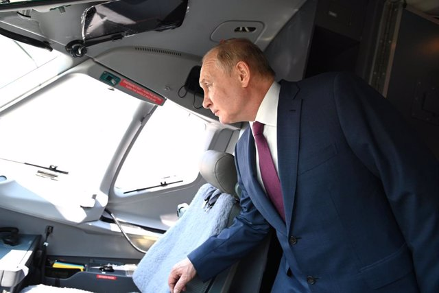 HANDOUT - 20 July 2021, Russia, Zhukovsky: Russian President Vladimir Putin inspects the cockpit of an aircraft at the MAKS-2021 International Aviation and Space Salon. Photo: -/Kremlin/dpa - ATTENTION: editorial use only and only if the credit mentioned