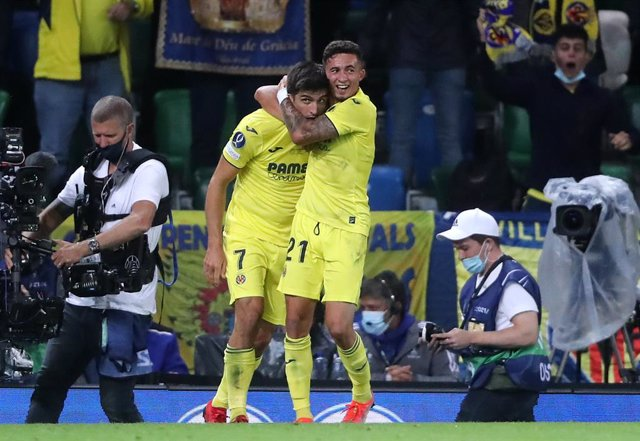 11 August 2021, United Kingdom, Belfast: Villarreal's Gerard Moreno (L) celebrates scoring his side's first goal with teammate Yeremi Pino during the UEFA Super Cup soccer match between Chelsea FC and Villarreal CF at Windsor Park. Photo: Niall Carson/PA