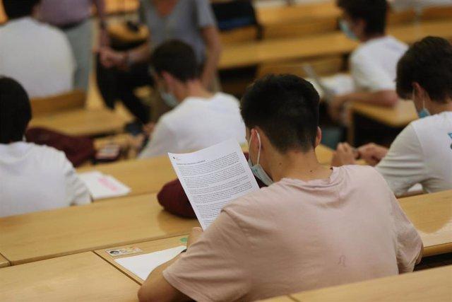 Archivo - Estudiantes en la Facultad de Ciencias Económicas y Empresariales realizan un examen el día del comienzo de los exámenes de selectividad 2021, a 7 de junio de 2021, en el Campus de Somosaguas de la Universidad Complutense de Madrid, Pozuelo de A