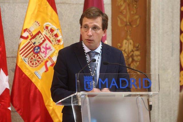 El alcalde de Madrid, José Luis Martínez-Almeida, durante la ceremonia de entrega de las Palomas de Bronce - Cuerpo de Bomberos, con motivo de la celebración de la Virgen de la Paloma, en el Patio de Cristales de la Plaza de la Villa.