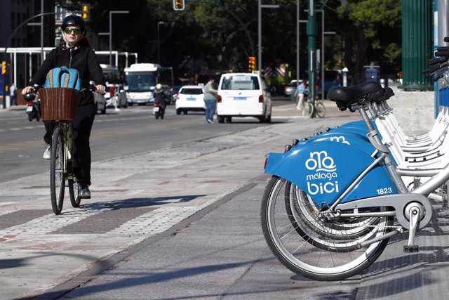 Archivo - Usuarios de bicicletas