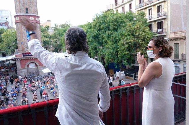 El president d'Òmnium Cultural, Jordi Cuixart, i l'alcaldessa de Barcelona, Ada Colau, després del pregó de la festa major de Gràcia