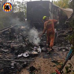 Efectius del Consorci Provincial de Bombers de València extingeixen un incendi en un càmping de Xàtiva