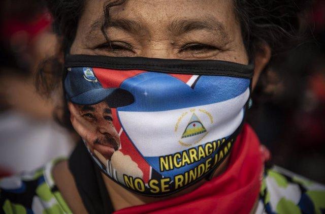 Una dona recolza la candidatura de Daniel Ortega per a les properes eleccions de Nicaragua