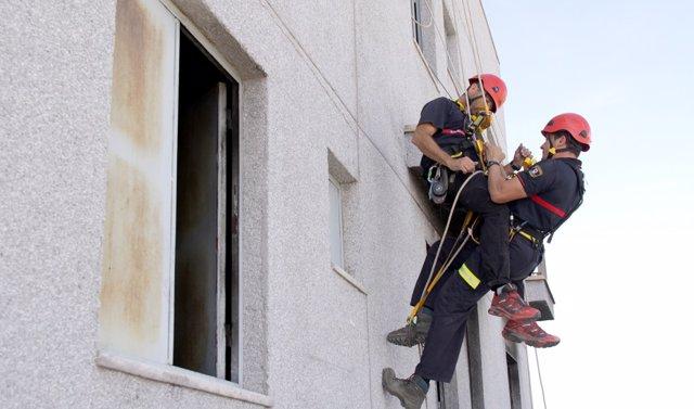 Los bomberos en medio de la actuación de socorro.