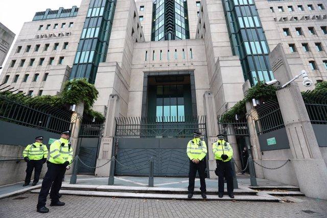 Archivo - Policías junto a la sede del MI6 en Londres