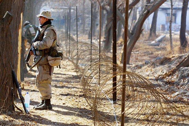Archivo - Un militar estadounidense de guardia en la Embajada de EEUU en Kabul