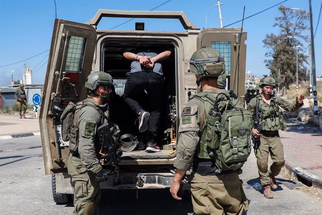 Archivo - 14 May 2021, Palestinian Territories, Jenin: Israeli soldiers detain a Palestinian protester during clashes at Al Jalamah checkpoint near the West Bank City of Jenin, amid the escalating flare-up of Israeli-Palestinian violence. Photo: Oday Daib