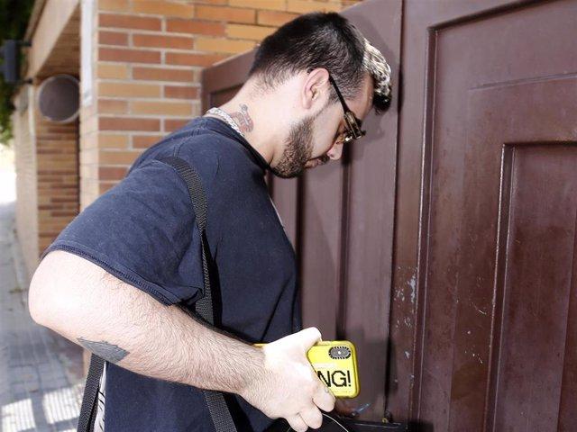 Álvaro Lobo, llegando a la casa de Alejandra Rubio a las afueras de la capital