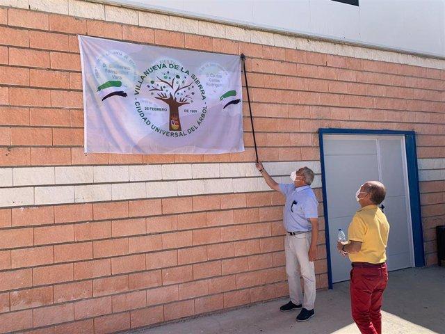 El presidente de la Diputación de Cáceres, Carlos Carlos, y el alcalde de Villanueva de la Sierra, Felipe Saul, inauguran el pabellón polideportivo de la localidad, en cuyas obras se han invertido más de 200.000 euros