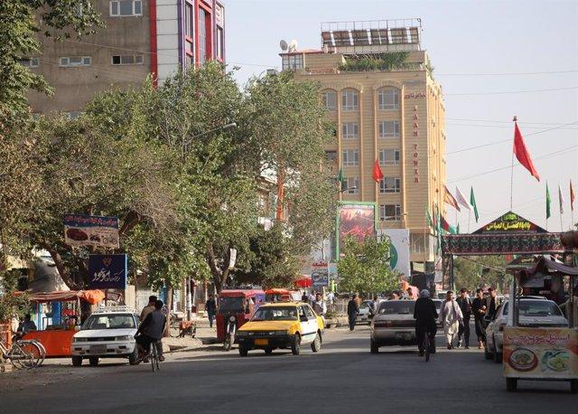 Vehículos en una calle de Kabul
