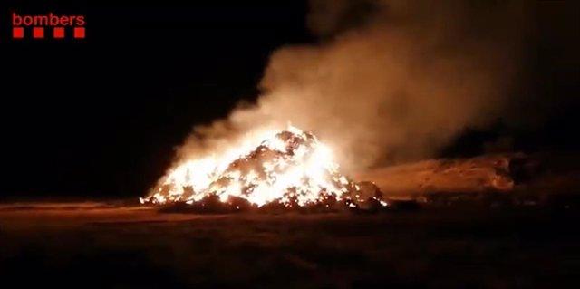 Archivo - Arxivo - Imatge de l'incendi de la pila de blat a Arbeca (Lleida)