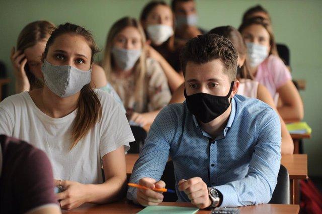 Archivo - Estudiantes con mascarilla en una universidad rusa