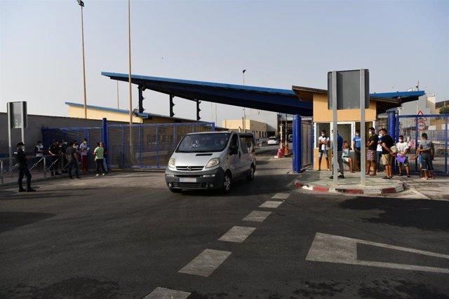 Una furgoneta circula tras dejar a menores marroquíes para su repatriación a su país de origen, en la frontera de Tarajal, a 16 de agosto de 2021, en Ceuta