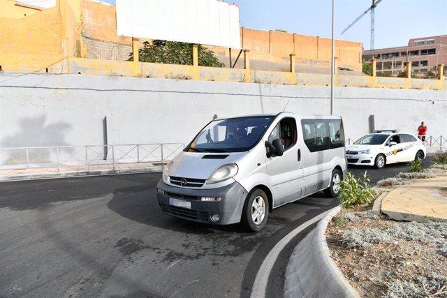 Una furgoneta lleva en su interior a menores marroquíes para su repatriación a su país de origen, en la frontera de Tarajal, a 16 de agosto de 2021, en Ceuta (España).