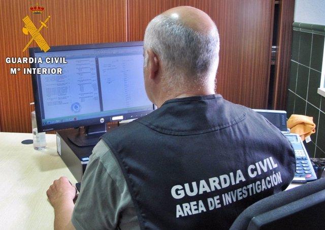 Un guardi civil analiza documentación